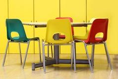 Gekleurde stoelen rond een lijst in een peuterklas royalty-vrije stock foto