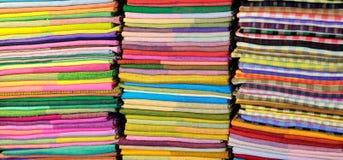 Gekleurde stoffen bij markt Royalty-vrije Stock Foto's