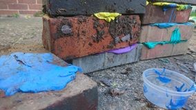 Gekleurde stopverf gelaagd tussen de bouw van bakstenen stock fotografie