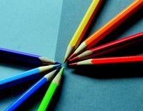 Gekleurde stralende potloden samengesteld op een grijze document achtergrond Royalty-vrije Stock Afbeeldingen