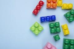 Gekleurde stuk speelgoed bakstenen met plaats voor uw inhoud op het blauw stock fotografie