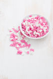 gekleurde suikerharten in een witte kom op witte houten lijst Royalty-vrije Stock Fotografie
