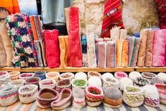 Gekleurde tapijten en hoeden Stock Fotografie