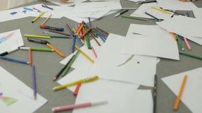 Gekleurde tellers op de lijsten met bladen van document stock video