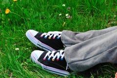 Gekleurde tennisschoenen in het gras Stock Foto
