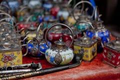 Gekleurde theepotten voor verkoop Royalty-vrije Stock Fotografie