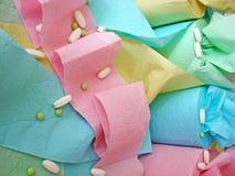 Gekleurde toiletpapier en pillen op het stock foto's