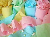 Gekleurde toiletpapier en pillen op het stock foto