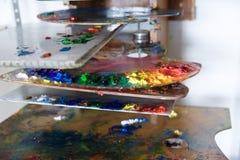 Gekleurde verf op het kunstpalet stock fotografie