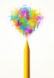Gekleurde verfplonsen die kleurpotlood naar voren komen Royalty-vrije Stock Foto