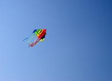 Gekleurde Vlieger in Hemel royalty-vrije stock fotografie