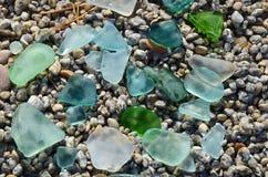 Gekleurde vlotte kleine die peaces van glas door het Meerwater van Baikal wordt opgepoetst Stock Afbeeldingen