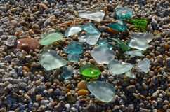 Gekleurde vlotte kleine die peaces van glas door het Meerwater van Baikal wordt opgepoetst Royalty-vrije Stock Fotografie