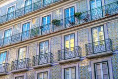 Gekleurde voorgevel in de stad van Lissabon royalty-vrije stock fotografie