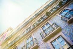 Gekleurde voorgevel in de stad van Lissabon portugal stock fotografie