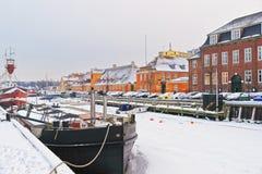Gekleurde voorgevels langs Nyhavn in Kopenhagen in Denemarken in de winter Royalty-vrije Stock Afbeeldingen