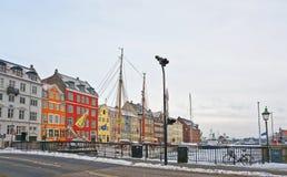 Gekleurde voorgevels langs Nyhavn van Kopenhagen in Denemarken in de winter Royalty-vrije Stock Foto