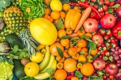 Gekleurde Vruchten en groentenachtergrond stock foto's