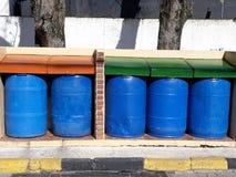 Gekleurde vuilnisbakken stock afbeeldingen