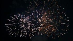Gekleurde vurige flitsen van feestelijk vuurwerk in de nachthemel Tijdoverlappingen stock video