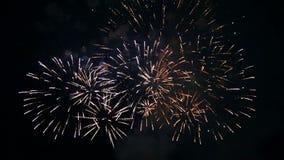 Gekleurde vurige vonken van feestelijk vuurwerk in de nachthemel Tijdoverlappingen stock video