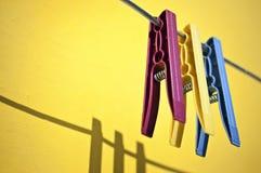 Gekleurde wasknijpers Royalty-vrije Stock Afbeelding