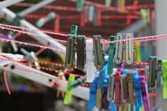 Gekleurde Wasknijpers Stock Afbeeldingen