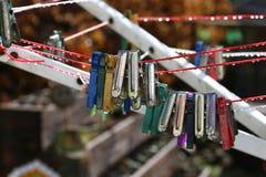 Gekleurde Wasknijpers Stock Afbeelding