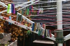 Gekleurde Wasknijpers Stock Foto's
