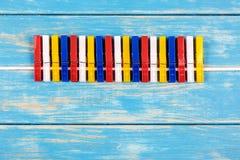 Gekleurde wasknijpers die op een kabel hangen Royalty-vrije Stock Foto's