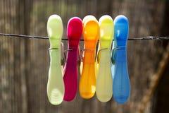 Gekleurde wasknijpers op de kabel Royalty-vrije Stock Foto's