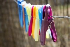 Gekleurde wasknijpers op de kabel Royalty-vrije Stock Afbeeldingen