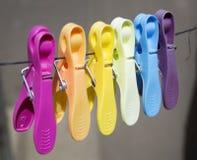 Gekleurde wasknijpers op de kabel Royalty-vrije Stock Afbeelding