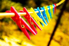 Gekleurde wasknijpers op een kabel stock afbeelding
