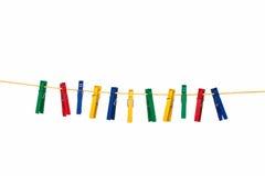 Gekleurde wasknijpers op gele kabel Stock Fotografie