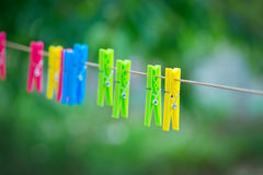 Gekleurde wasknijpers op kabel Stock Afbeeldingen