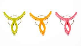 Gekleurde wasknijpers op wit Stock Afbeeldingen