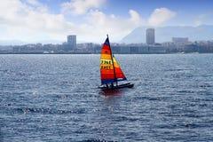 Gekleurde zeil hobbycat catamaran dicht bij de stad van Alicante Royalty-vrije Stock Foto's