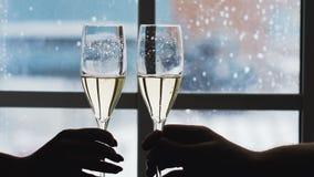 Geklirrgläser mit Champagner stock footage
