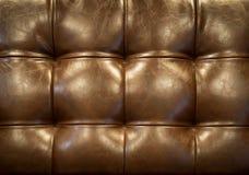 Geknöpftes Sofa der Weinlese braune Lederpolsterung (Hintergrund) Lizenzfreie Stockfotografie