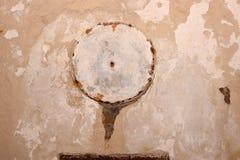 Geknackte und gealterte Betonmauer mit Schaden Lizenzfreie Stockbilder