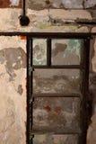 Geknackte und gealterte Betonmauer mit Schaden Lizenzfreie Stockfotografie