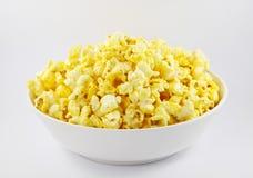 Geknallte Kerne des Popcornsnacks auf weißem Hintergrund Lizenzfreie Stockbilder