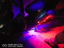Gekniesd in dark met rode en blauwe underglow stock afbeeldingen