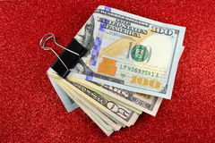Geknipt geld op rode sparkly achtergrond royalty-vrije stock foto