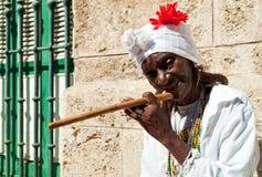 Geknitterte alte Dame mit einer Zigarre in Havana Lizenzfreies Stockbild