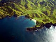 Geknitterte grüne Küstenlinie von Neuseeland Stockbilder