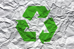 Geknittertes Weißbuch mit grünem Wiederverwertungssymbol Stockbild