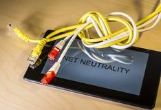 geknoopte netto kabel over een smartphone royalty-vrije stock afbeeldingen