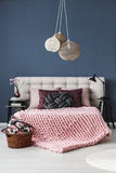 Geknotetes Kissen auf dem Bett stockfotos